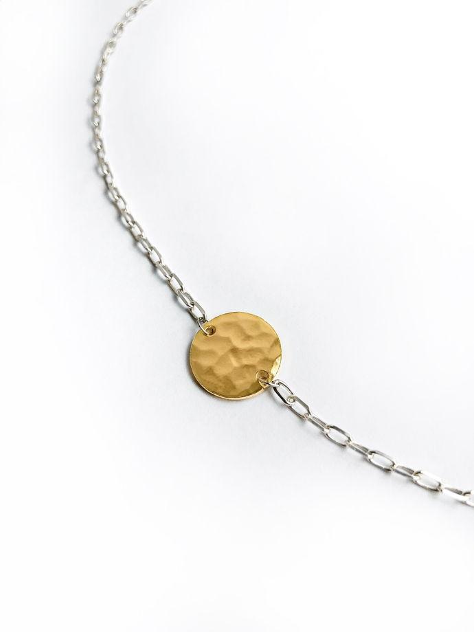 Серебряное колье-чокер с позолоченным медальоном