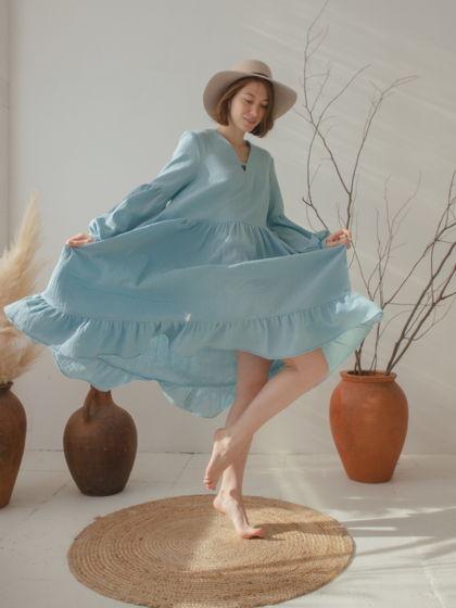 Небесно-голубое платье с обьмными рукавами.