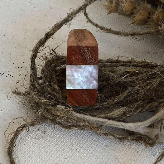 Деревянное кольцо из розовой акации с перламутром