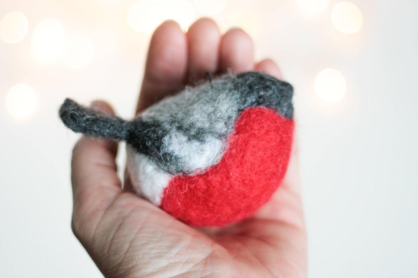 Снегирь украшение из шерсти, Елочная игрушка