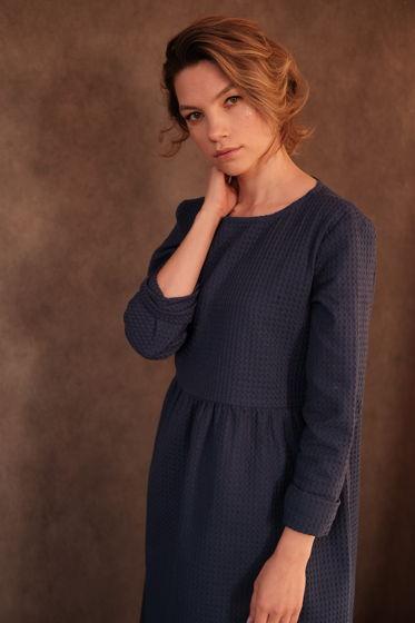 Платье оверсайз из вафельной ткани синее