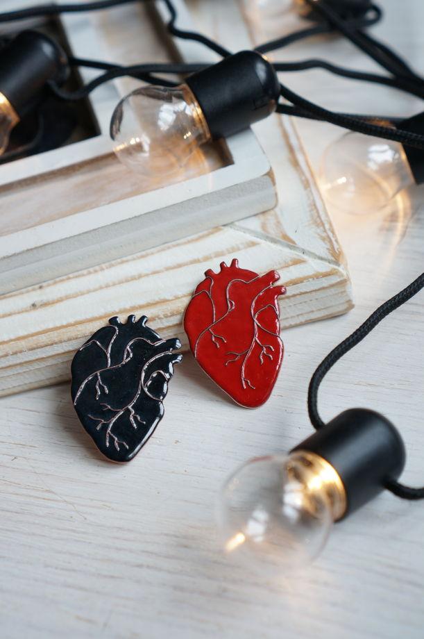 Сердце человеческое. Брошь с ювелирной эмалью