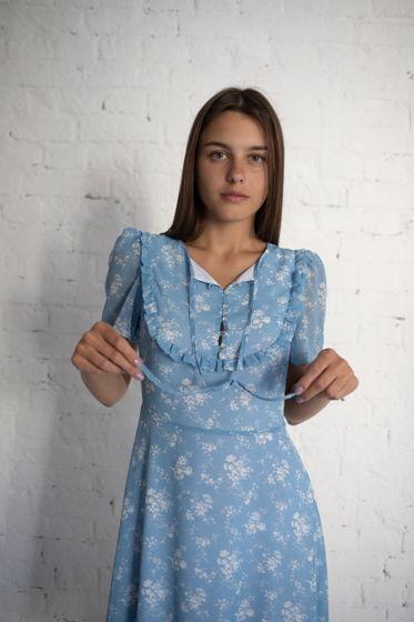 Голубое платье миди с воланами и пуговками