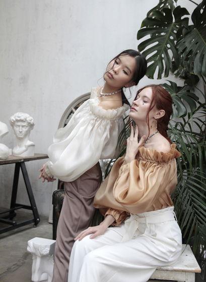 Блузка с декольте Renessance золотая