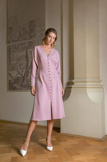Платье розового цвета с декоративными пуговками-жемчужинами.