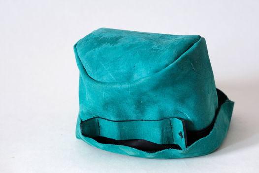 Зеленая кожаная шляпа котелок с трилисником