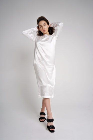 Белое женское платье из вискозы прямого силуэта с вырезом на спине