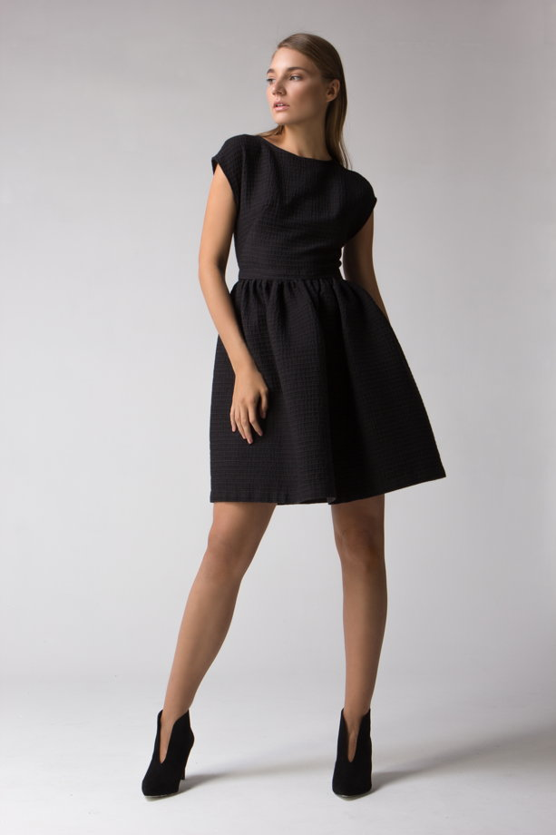 Чёрное платье со спущенным рукавом и пышной юбкой