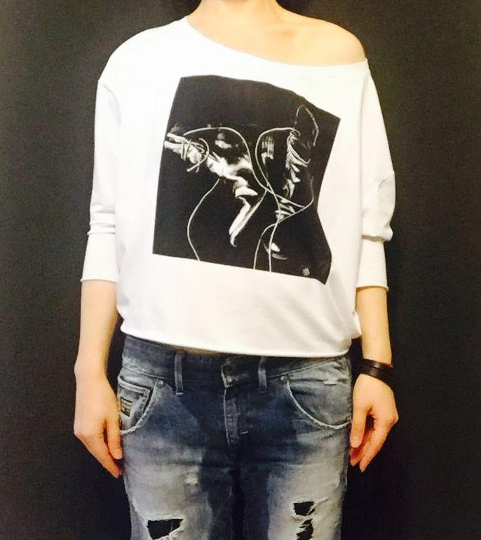 женская футболка свободного кроя рукавом 3/4 и принтом сапоги