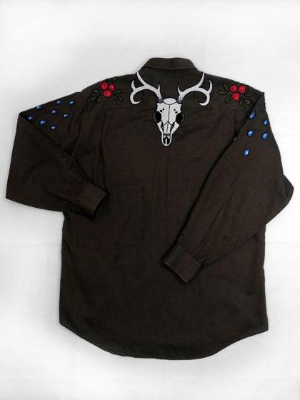 """Мужская коричневая рубашка с ручной вышивкой """"Смерть в лесу""""."""
