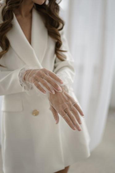 Белые перчатки с баской