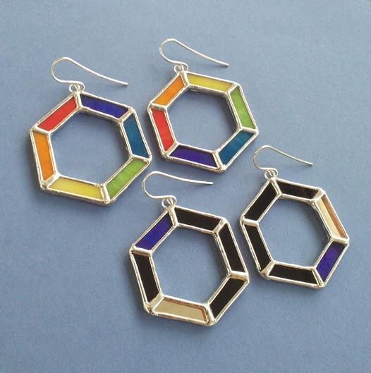 Серьги витражные разноцветные черные Радужный шестиугольник