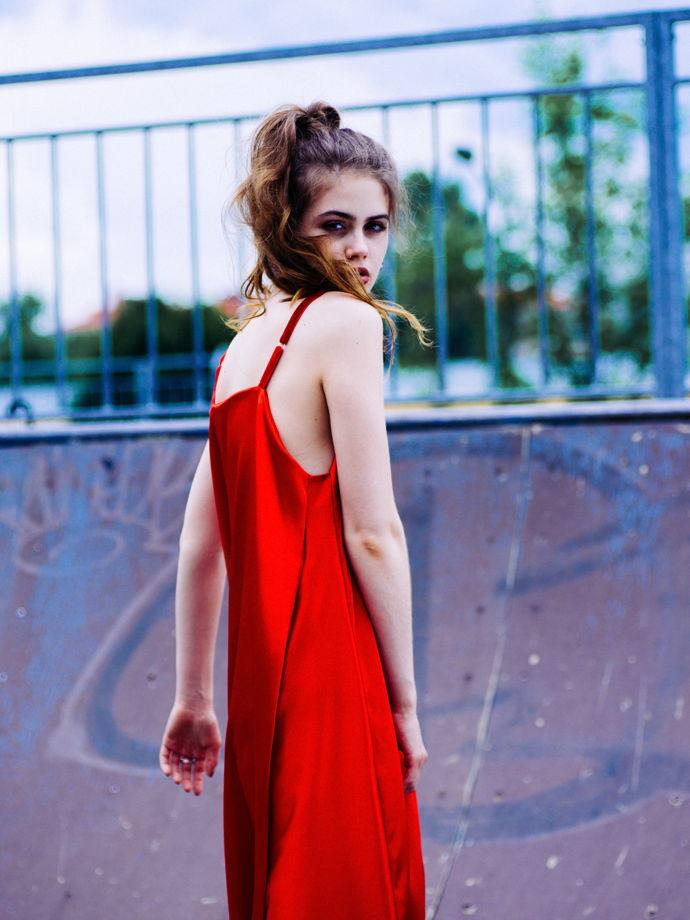 Красное атласное платье на бархатных бретелях