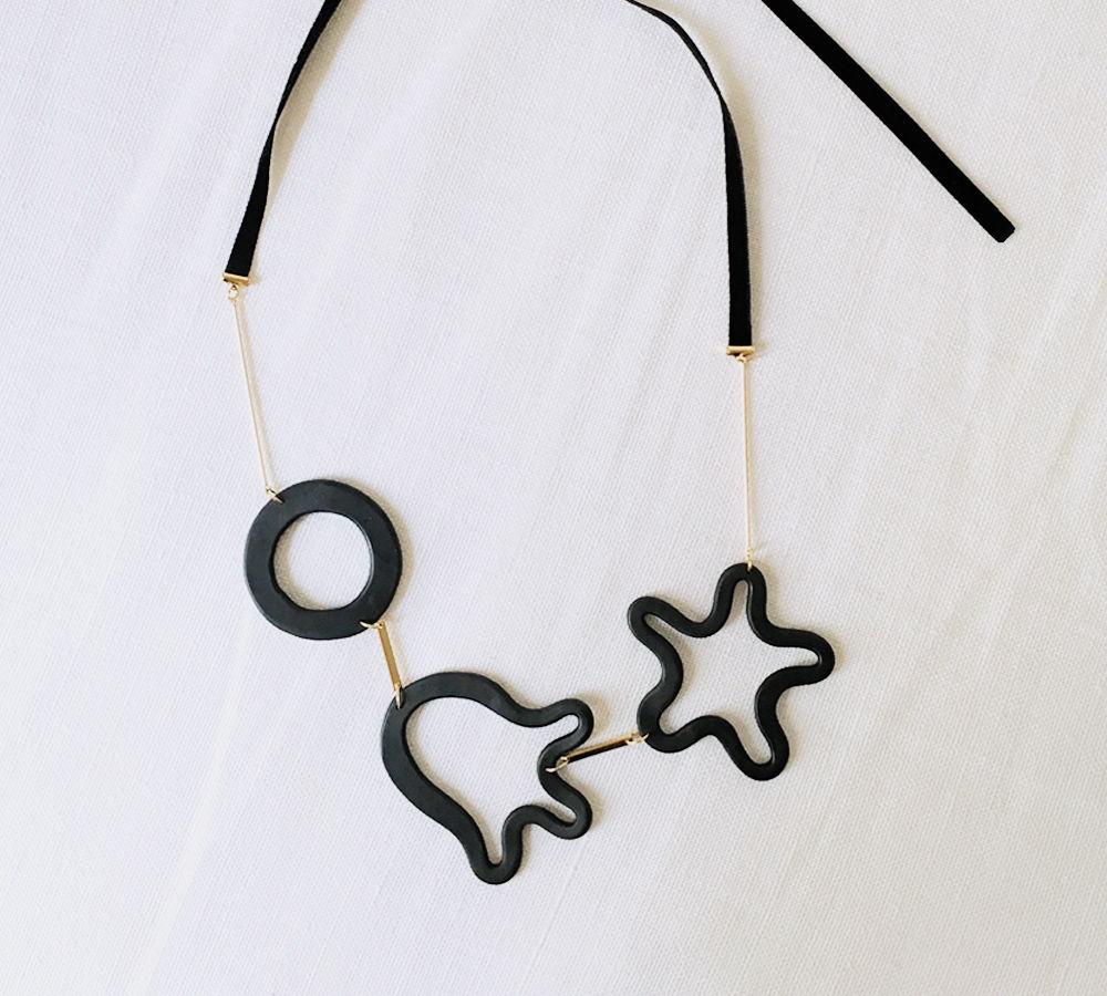 Колье Forms с гранитными фигурами черного цвета