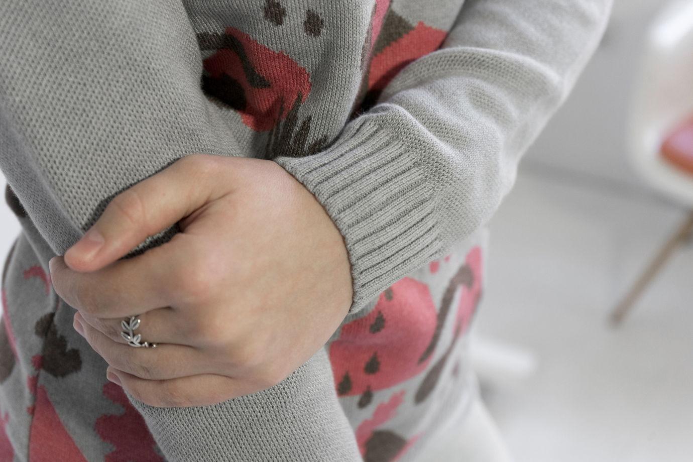 Светло-серый женский джемпер из хлопка с жаккардовым рисунком.