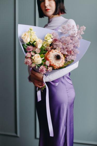 """Букет с розами, протеей и аспарагусом """"Холодная нежность"""""""
