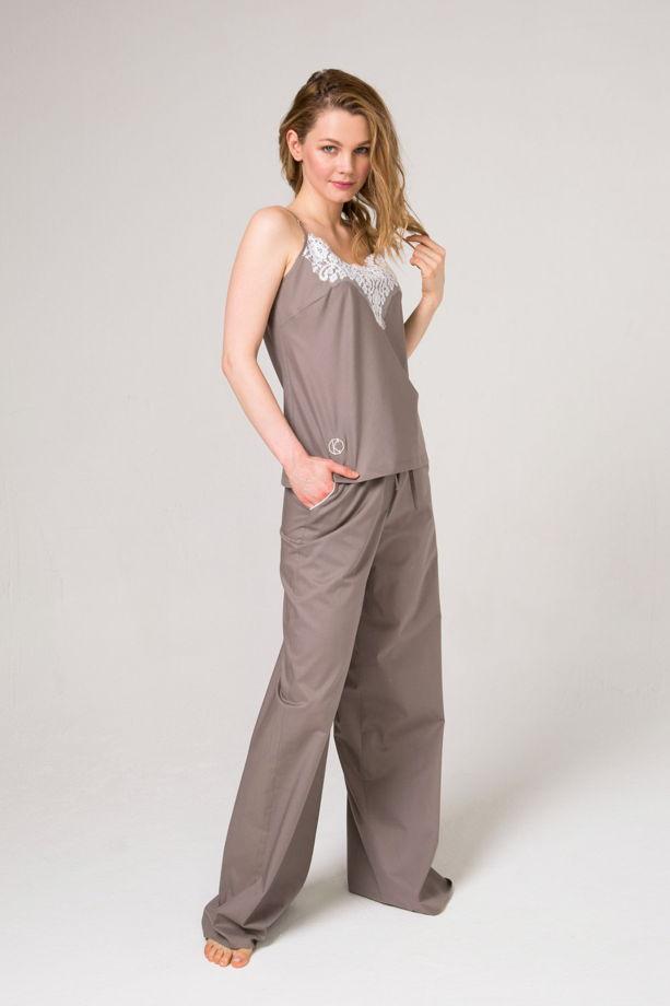 Хлопковый кофейный  пижамный комплект  топ и брюки из   итальянского хлопка с отделкой кружевом и кантом.