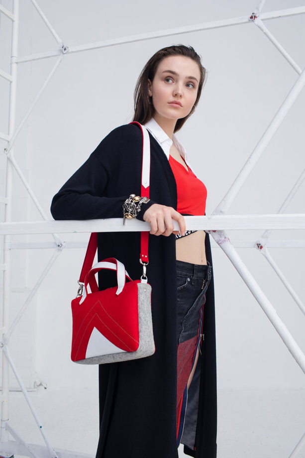 Красная сумка через плечо из фетра и кожи
