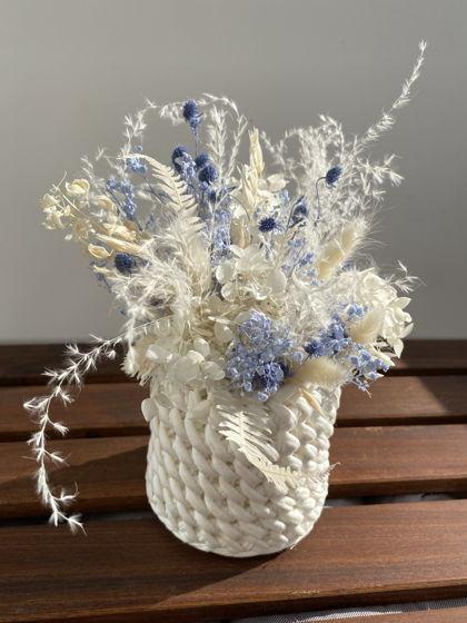 Голубая цветочная композиция в белой трикотажной корзинке