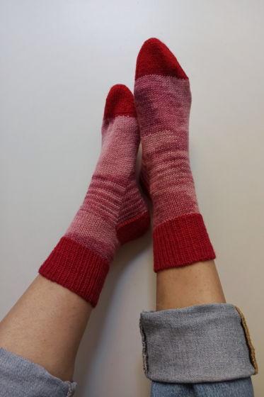 Полосатые розовые носки ручной работы с контрастными деталями