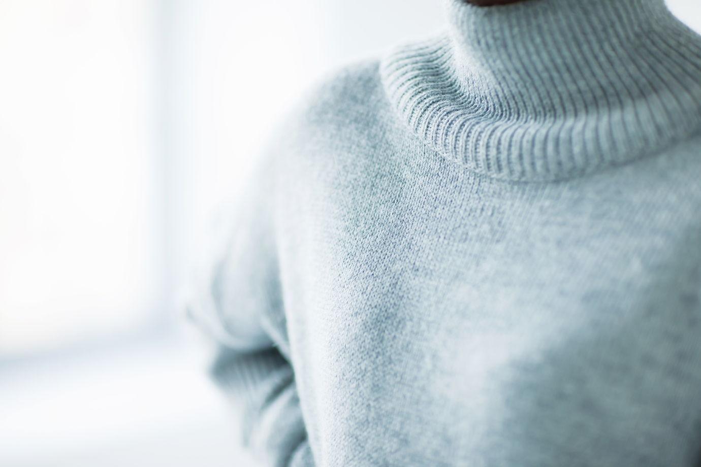 Серый свитер с разрезами на рукавах
