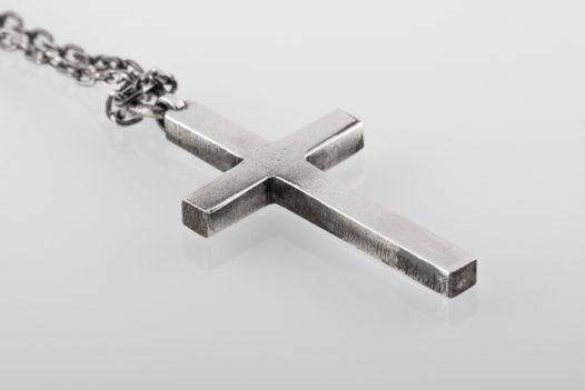 Большой серебряный крест на цепи