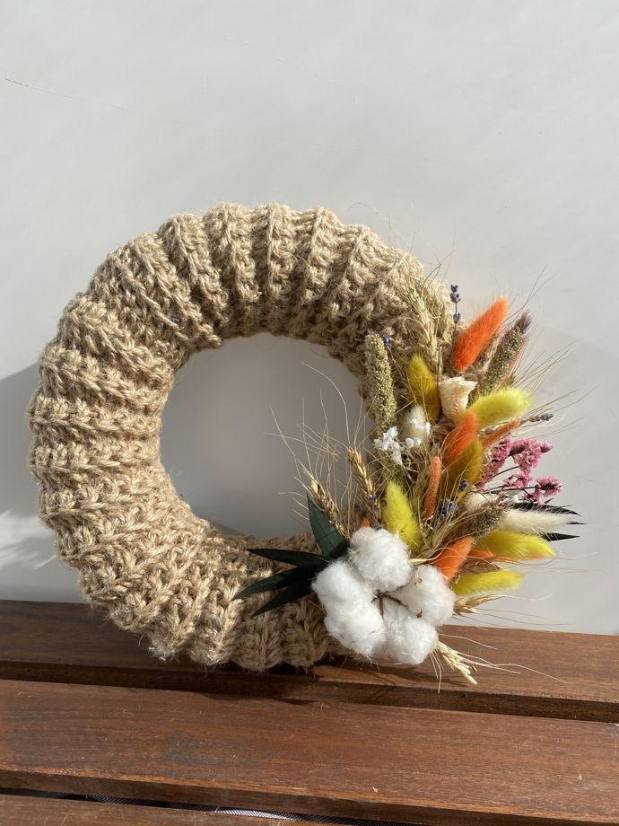 Джутовый венок с цветами