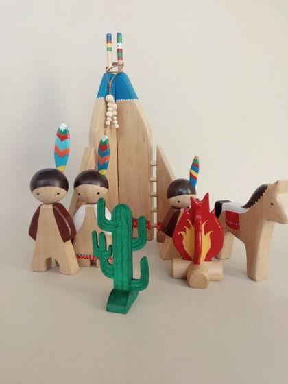Семья индейцев у вигвама