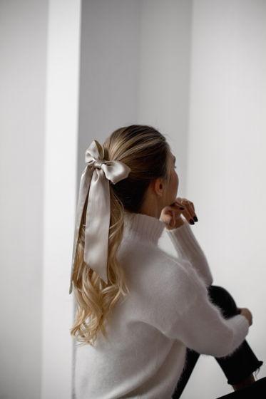 Резинка для волос из натурального шелка с бантом латте