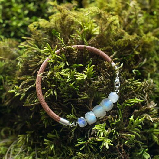 Кожаный браслет с лунным камнем