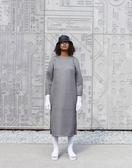 Серое фактурное платье-миди