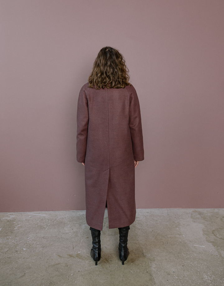 Утепленное пальто бордо с английским воротником
