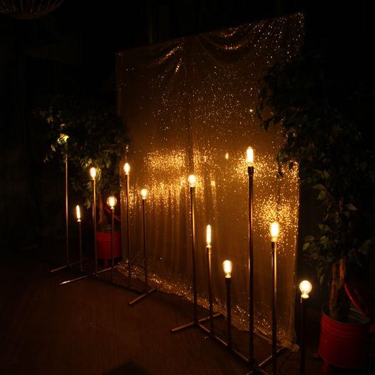 Золотая конструкция для фотозоны с лампами Эдисон