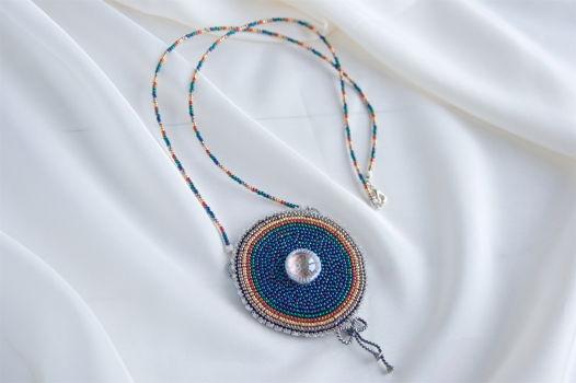 Кулон круглый вышитый бисером темно-синий радужный тигле символ Дзогчен
