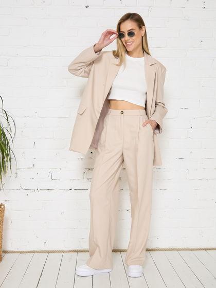 Бежевый костюм в стиле оверсайз с широкими брюками