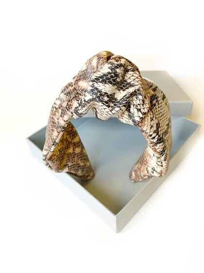 Ободок для волос с узлом из экокожи со змеиным принтом