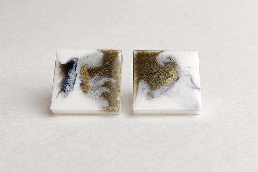 Серьги квадраты золотисто-белого цвета ручной работы из эпоксидной смолы