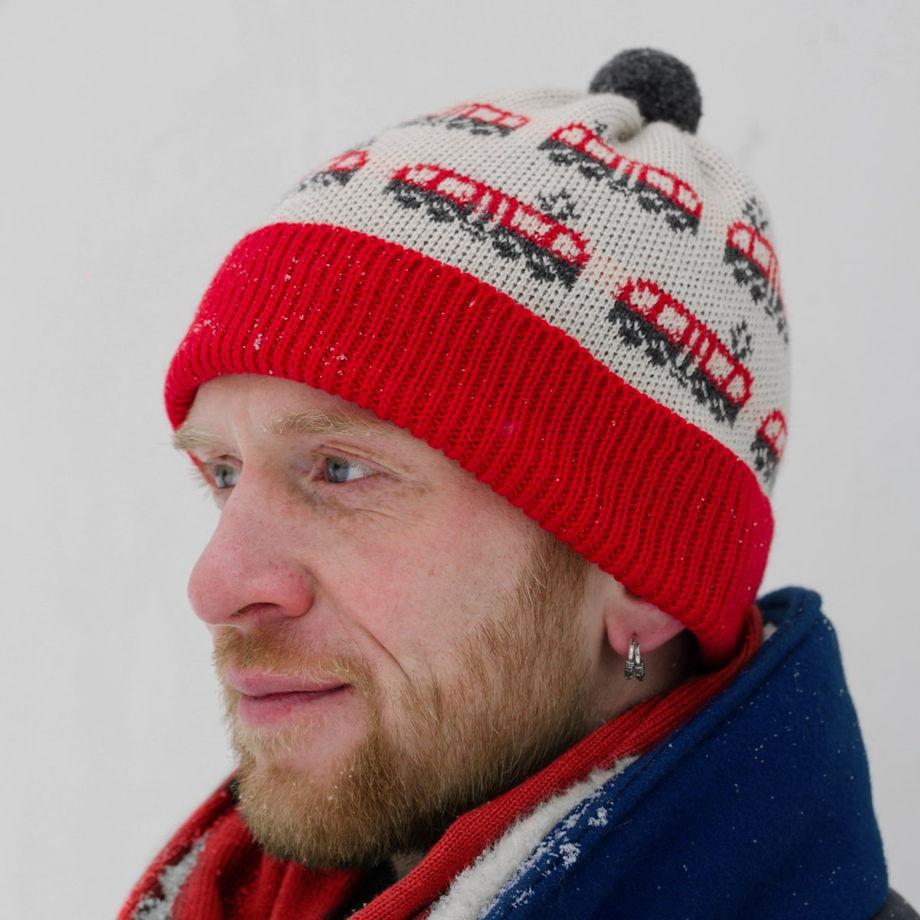 Теплая вязаная шапка с рисунком «трамвай»