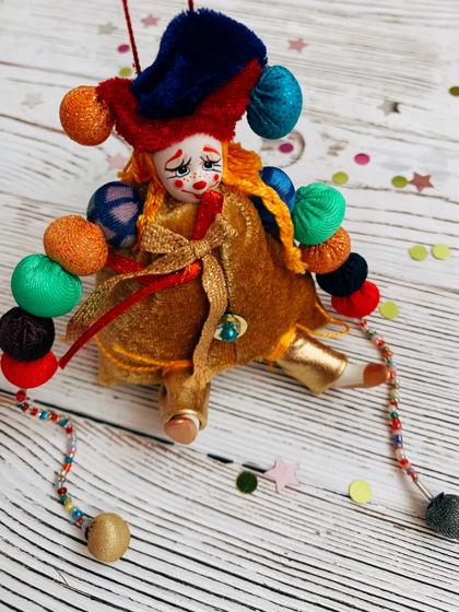 """Елочная игрушка ручной работы из фарфора и текстиля """"Гном изумрудного города"""""""