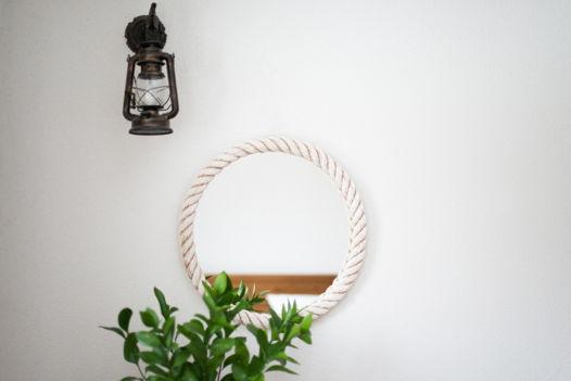 Круглое настенное зеркало в белом канате, Ø55 см