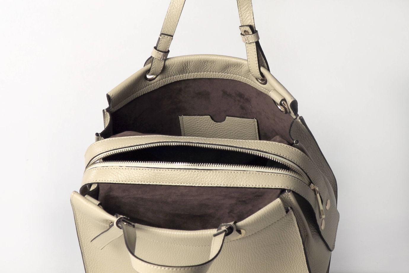 Женская кожаная сумка цвета слоновой кости    на подкладке и молнии