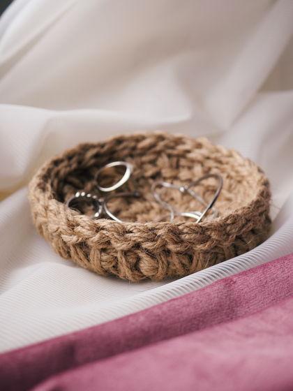 Малая вязаная подставка/тарелочка из джута для украшений и мелочей