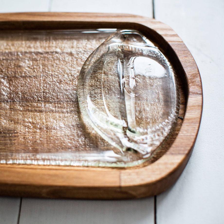 Тарелка с прозрачной бутылкой и футляре из ильма