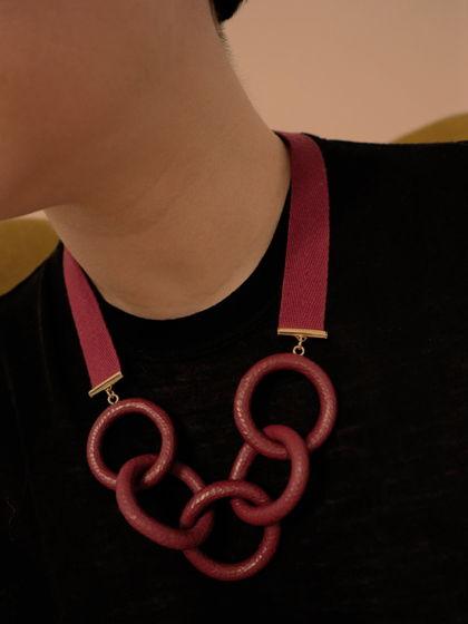 Колье-цепь бордового цвета