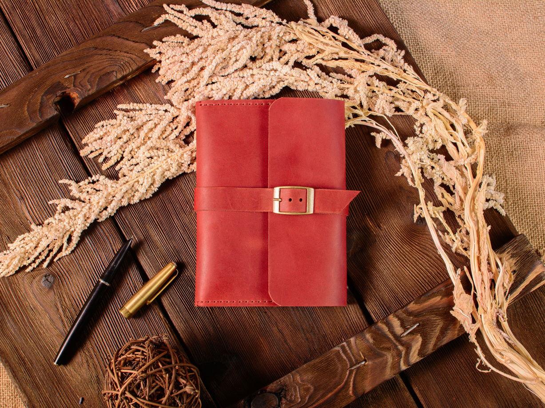 Карманный блокнот А6 -MIRACLE- с карманом и ремешком цвет Красный