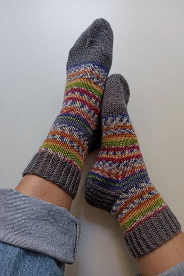Серо-полосатые носки ручной работы