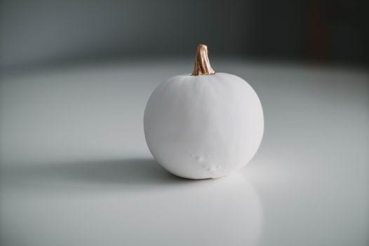 Белая круглая большая фарфоровая тыква с золотым черешком Paul
