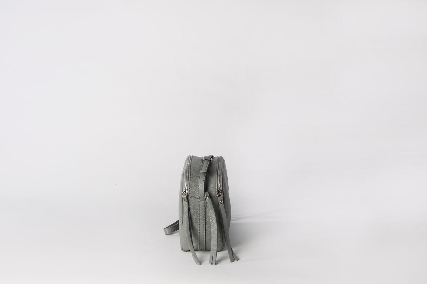 Вместительная сумка через плечо (Crossbody) с тремя секциями на молнии в наличии в Москве