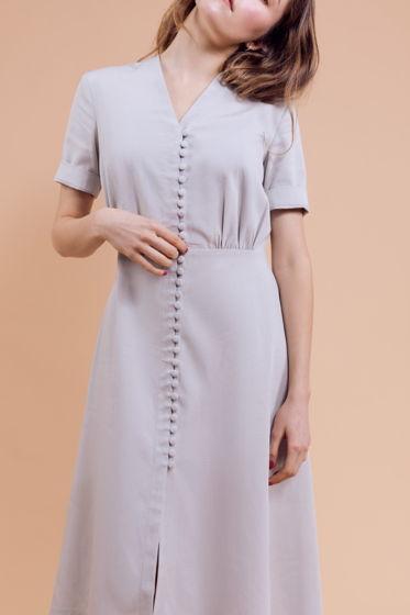 Платье серо-голубого цвета с пуговицами