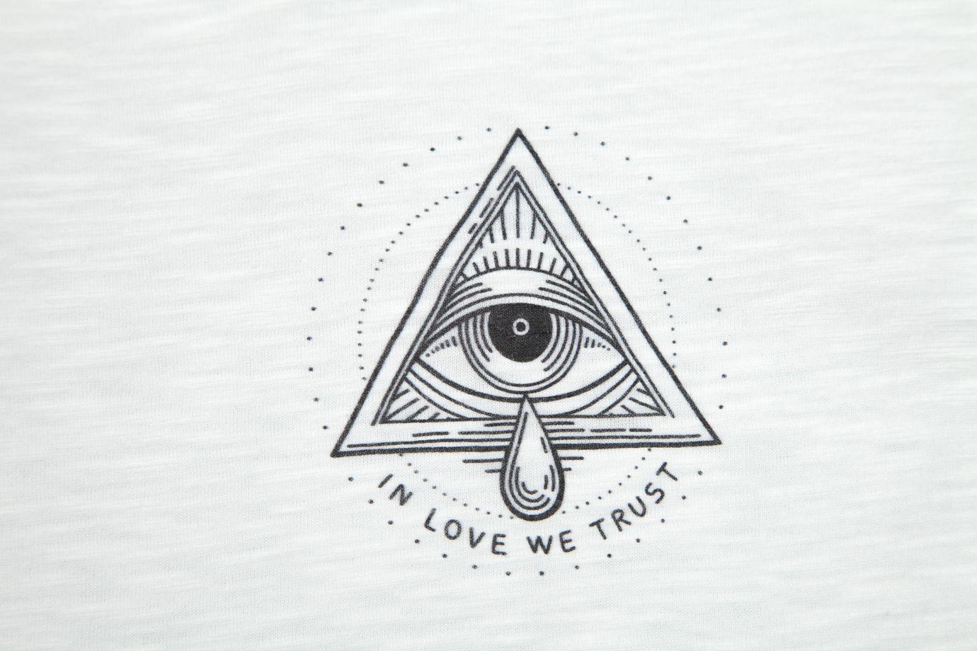 "Белая футболка ""In love we trust"""